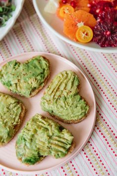 A Simple And Gorgeous Valentine's Day Brunch At Home - Be My Valentine - Valentinstag Valentines Day Brunch Ideas, Valentines Breakfast, Valentines Day Treats, Valentine Party, Romantic Valentine Ideas, Easter Recipes, Brunch Recipes, Holiday Recipes, Avocado Toast