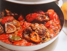 Eines meiner Immerwiedermalhabenmuss-Rezepte. Nur echt mit der Gremolata, einer Würzmischung aus Petersilie, frischem Knoblauch und geriebener Zitronenschale. Isabell    ORIGINALREZEPT: Ossobuco alla Milanese – Geschmorte Kalbshaxe (Lombardei)  Zutaten für 6-8 Portionen  Zubereitungszeit: 50 Minuten    Ossobuco, eine Kalbshaxe, die mit Fleisch