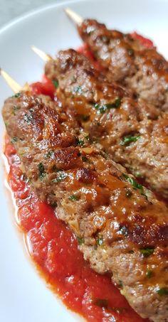 Brochettes de kefta, accompagnées de bulgur, sauce tomate et choux de bruxelles. - My tasty cuisine