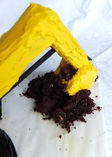 mila+cuatro: How to make a digger cake [Excavator cake] Digger Birthday Cake, Digger Cake, Baby Birthday Cakes, Bulldozer Cake, Dump Truck Cakes, Hawaiian Desserts, German Apple Cake, Buttermilk Pound Cake, Pudding Poke Cake