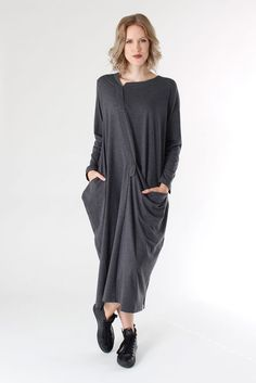 Langärmiges tulpenartig geschnittenes Kleid mit asymmetrischen Formen in grau von Moyuru. Details: - Halsausschnitt mit Schlitz vorne rechts - Rechte Seite