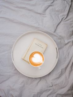 latte art on round white tray Grey Bedding Moodly Flatlay 6 Clay Vase, Clay Pots, Japanese Philosophy, White Tray, Italian Ice, Party Dishes, Free Plants, Grey Bedding, Houses