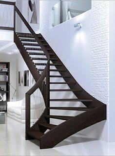 Dans un registre plus 'smart' et raffiné, voici le Vertigo de Mobirolo. Cet escalier quart tournant en bois et acier chromé, est impressionnant!