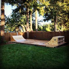 Amazing Ideas for Small Backyard Landscaping - Great Affordable Backyard ideas Backyard Skatepark, Backyard Playground, Mini Ramp, Skateboard Ramps, Skate Ramp, Small Backyard Landscaping, Bmx, Burton Snowboards, Snowboarding