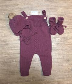 Mønster for baby bibs størrelse Jumpsuit Pattern, Pants Pattern, Knitting For Kids, Baby Knitting, Baby Patterns, Knitting Patterns, Hello Kitten, Crochet Baby Clothes, Baby Cardigan