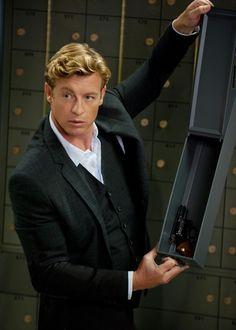Patrick segurando caixa cofre com arma dentro.