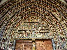 Catedral de Friburgo de Brisgovia.  Mayoritariamente de arquitectura gótica.  Fue construida en tres etapas, la primera comenzó en 1120 bajo el reinado del duque Conrado de Zähringen, la segunda en 1210 y por último en 1230. La espléndida torre de la fachada, es uno de los raros ejemplos en Alemania con una edificación concluida durante la Edad Media, pertenece a la segunda etapa de construcción del templo, es decir, el gótico