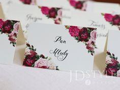 Winietki na stoły z imionami i nazwiskami gości z pięknymi piwoniami.
