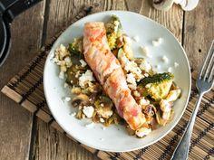 Wickel dein Lachsfilet doch einfach mal in würzigen Speck und brate ihn herrlich kross an. Und Gemüse wird mit cremigem Feta auch gleich viel aufregender.