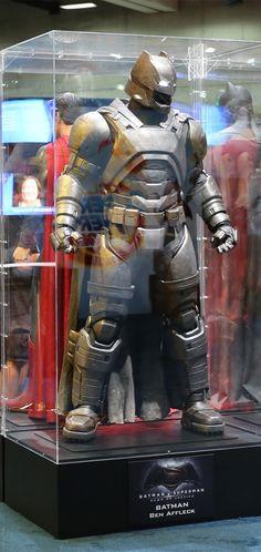 CIA☆こちら映画中央情報局です: Batman v Superman : コミックヒーロー映画の超話題作「バットマン V スーパーマン : ドーン・オブ・ジャスティス」のベン・アフレック監督の新・ダークナイトが身に着けるアーマーと、武器のガジェットの写真!! - Part Ⅰ - 映画諜報部員のレアな映画情報・映画批評のブログです