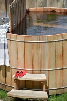 Le bain nordique au Chalet Nantailly. Un chalet à la montagne design, écologique et panoramique pour 15 personnes en Savoie. Jacuzzi, Bathtub, Mountain, Country, Outdoor Decor, Design, Home Decor, Bathtubs, Fire Pits