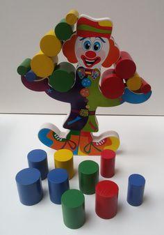 Brinquedo em madeira e mdf.    21 peças, composto por 01 palhaço decorativo  medindo 232mm x 200mm x 18mm,     20 peças cilíndricas em madeira coloridas de vários  diâmetros, medindo de altura 40mm cada.    Trabalha como jogo de regra simples e  também uma forma do brincar facilitando e  auxilian...