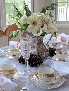 Pretty Afternoon Tea Party with a Winter Bouquet An afternoon tea party is a delightful way to celebrate a winter afternoon. Here aretips to help youset a pretty table with a winter bouquet Elegant Table Settings, Beautiful Table Settings, Winter Tea Party, Tea Party Table, Tea Tables, Winter Bouquet, Winter Table, Afternoon Tea Parties, Afternoon Tea Table Setting