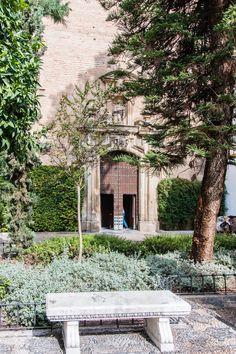 Plaza de Capuchinas / La bendición de Osio En pleno centro de Córdoba, la plaza de Capuchinas es una isla de espiritualidad: presidida p...