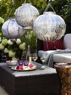 Wir zeigen Euch die besten Gestaltungstipps und Deko-Ideen für die Terrasse! Balcony, Relax, Table Decorations, Architecture, Bunt, Furniture, Middle, Nice, Home Decor