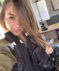 Israeli Girls, Idf Women, Brave Women, Female Soldier, Military Women, Girls Uniforms, White Girls, Poses, Special Forces