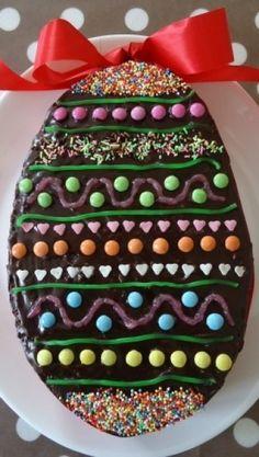 Le gâteau oeuf de pâques multicolore