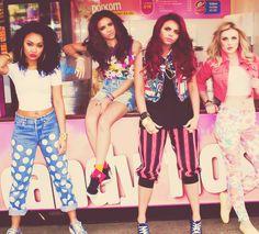 """Les Little Mix c'est un groupe de filles.  Il y a  Leigh-Anne Pinnock (21 ans),Jesy Nelson (21 ans), Jade Thirlwall (20 ans) et de Perrie Edwards (19 ans). Elles se sont fait connaitre en renportant """"The X Factor"""""""