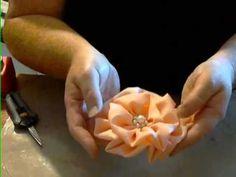 A Fluffy Fabric Flower Tutorial, via YouTube /  Una de las flores de tela más sencillas de hacer, tutorial en vídeo (inglés)
