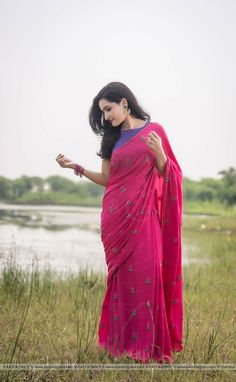 Featuring the Pinkberry modal cotton saree with large flower blooms hand-embroidered with pink pearls and dark green ribbonwork leaves. It comes with a purple unstitched cotton blouse material and an unstitched matching pink cotton petticoat fabric. Indian Beauty Saree, Indian Sarees, Ethnic Sarees, Saree Poses, Blue Saree, Pink Saree Blouse, Cotton Saree Blouse Designs, Plain Saree, Simple Sarees