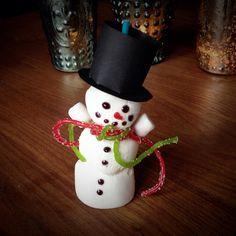 Marshmallow Schneemann / Marshmallow Snowman Food Humor, Funny Food, Marshmallow Snowman, Advent, Marshmallows, Cake Pops, Christmas Ornaments, Holiday Decor, Spaghetti