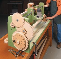 plans for a building a lathe, capable of turning elicoidal columns, using a router as cutting tool - DIY Homer Woodworking Jigs, Woodworking Projects, Woodworking Furniture, Woodworking Techniques, Woodworking Classes, Diy Furniture, Woodsmith Plans, Router Jig, Tenon Jig