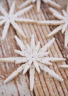 joli flocon de neige scintillant fait avec des pinces à linge bois, décoration de noël à faire soi même, que faire avec des pinces à linges en bois