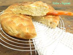 Hoy tenemos una receta francesa. Esta Torta de Azúcar sería el equivalente a las tortas de manteca que todos conocemos, pero en Francia la mantequilla se utiliza mucho más para este tipo de bollerí…