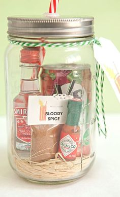 your own Mason Jar Bloody Mary Gift + Spice Mix! Mason Jar Bloody Mary Gift with delicious spice mix - awesome bachelor/bachelorette party gifts!Mason Jar Bloody Mary Gift with delicious spice mix - awesome bachelor/bachelorette party gifts! Food Gifts, Craft Gifts, Wine Gifts, Diy Drink Gifts, Diy Gifts Her, Diy Gifts In A Jar, Pot Mason Diy, Alcohol Gifts, Alcohol Gift Baskets