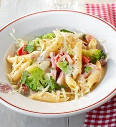 Parmesan-Broccoli-Pasta: Käse-Sahnesauce ist ein Klassiker, mit frischem Broccoli wird daraus ein köstliches Pastagericht.