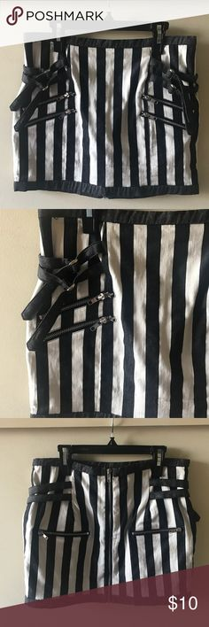 Black & White Striped Skirt 🔳 Black & White Striped Skirt 🔳 Only worn once for a Beetlejuice costume! Skirts Mini