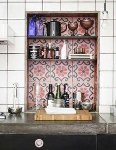 Dekorera med marrokanskt kakel, Apartment Therapy fin liten detalj i köket. infälld hylla, kakel