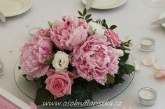 aranžmá použité na ostatních stolech, doplněné svíčkami a plátkami růží