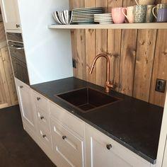Denne fjellhytten med ett klassisk kjøkken, fikk kalksteins typen: Belgian Blu Stone som benkeplate💯 - | Classic Kitchen ideas | Design | Limestone | Countertop