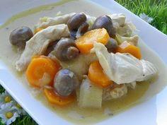 Ingrédients : 1 oignon 40 g de farine 500 g d'eau 40 g d'huile d'olive 2 cœurs de bouillon Maggi 500 g de blancs de poulet 2 carottes coupées en rondelles fines 1 poireau coupé en rondelles 1 petite boîte de champignons 200 g de crème liquide 1 jaune...
