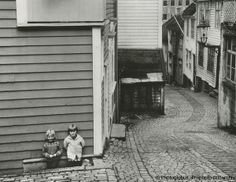 Spielplatz, Prophoto Bildarchiv | Mit diesem Foto gewann der neunzehnjährige Erik Lüddecke aus Höckst im Odenwald eine Geldprämie von DM 100,- - beim Wettbewerb um den Deutschen Jugend-Photopreis 1966.  Die 14 Spitzenpreisträger aus diesem Wettbewerb erhielten ihre Urkunden und die Gewinne am 6. Juni 1967 in Frankfurt am Main aus der Hand von Bundesminister Dr. Bruno Heck.