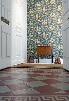 Paredes empapeladas con gusto Mudroom, Tile Floor, Flooring, Retro, Wallpaper, Crafts, Home Decor, Wordpress, Block Prints
