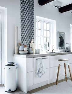 Interior design and home accessories: kitchen with white and a feature wall paper +wood and concrete furniture. La maison d'Anna G. Kitchen Dinning Room, New Kitchen, Kitchen Decor, Küchen Design, House Design, Sweet Home, Interior Desing, Scandinavian Kitchen, Cuisines Design