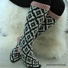 kirjoneule polvisukat Fair Isle Knitting, Knitting Socks, Wool Socks, Boot Cuffs, Diy Crochet, Mittens, Hosiery, Villa, Sewing