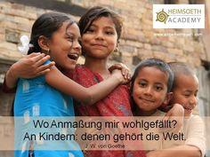 Aphorismus von Johann Wolfgang von Goethe:  Wo Anmaßung mir wohlgefällt? An Kindern: denen gehört die Welt.  Photo ist in Nepal entstanden. Photografin: Antje Heimsoeth