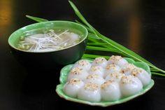 On fête le Têt hàn thuc #vietnam, la fête des aliments froids au 3e jour du 3e mois lunaire #asia. Les familles vietnamiennes préparent un couple: les banh trôi et banh chay comportant des boulettes de riz gluant sucré. Les banh trôi (gâteaux flottants) sont farcis d'un morceau de sucre, pochés dans l'eau bouillante, servis dans une assiette. Les banh chay sont farcis d'une petite boulette de pâte de graines de haricot mungo, servi dans un bol avec sirop léger épais mélangé de farine de…