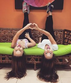 Desafio: Você consegue diferenciar Lari Manoela e Mharessa nestas fotos? Photos Bff, Sister Pictures, Best Friend Pictures, Tumblr Bff, Friend Tumblr, Tumblr Girls, Picture Poses, Photo Poses, Best Friend Photography