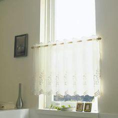 小窓カーテンに悩んだ事はありませんか?リビングや寝室の細長い窓、キッチンやトイレの小窓など家には色々なところに小さな窓があります。今日は上手に小窓をコーディネートしている参考にしたいお手本例30選をご紹介いたします。