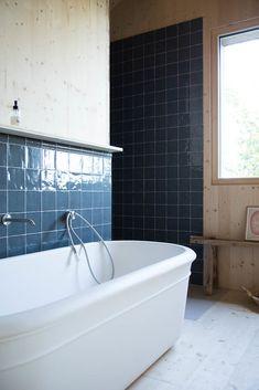 Camille en Guillaume Boillot, Paul Charlie Joseph 2 jaar oud - The Socialite Family Contemporary Small Bathrooms, Bathtubs For Small Bathrooms, Small Bathtub, Modern Bathroom, Family Bathroom, Master Bathroom, Built In Bathtub, Modern Shower, Bathroom Trends