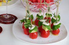 Klasická kombinace rajčátka, avokáda, mozzarely a bazalky s rozmarýnem