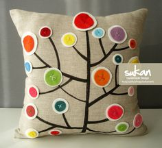 Du lin, de la feutrine, un coussin très printannier ! Linen and felt pillow.  Love the colors.