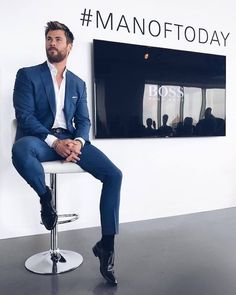 38 Rustic Items Ideas For Men To Look Handsome - Man Fashion Mens Fashion Suits, Mens Suits, Men In Navy Suits, Blue Suits, Terno Casual, Hemsworth Brothers, Chris Hemsworth Thor, How To Look Handsome, Handsome Men In Suits