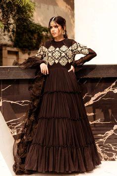 Beautiful Pakistani Dresses, Pakistani Formal Dresses, Indian Gowns Dresses, Indian Fashion Dresses, Pakistani Dress Design, Indian Designer Outfits, Indian Wedding Gowns, Pakistani Wedding Outfits, Heavy Dresses