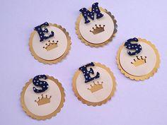 Tag no tema realeza personalizada com a inicial do aniversariante para decorar pirulitos, tubetes, garrafinhas, caixinhas, etc. Festa realeza, festa coroa, festa príncipe.