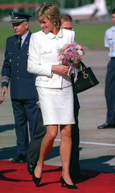 Princess Diana Arriving At Buenos Aires Airport For Her Historic Visit To Argentina. The Princess Is Wearing A White Suit Designed By Fashion Designer Versace And She Is Carrying A Black Christian Dior Handbag. Princess Diana Fashion, Princess Diana Pictures, Princess Kate, Princess Of Wales, Lady Diana Spencer, Princes Diana, Diane, Vogue Australia, Irina Shayk